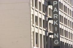 стоянка автомобилей здания стоковое фото rf