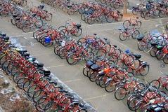 стоянка автомобилей серии велосипеда стоковые изображения rf