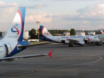 стоянка автомобилей domodedovo авиапорта оплащенная moscow Внутренний взгляд международного стержня Стоковое Фото