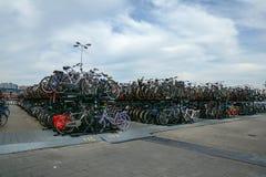 стоянка автомобилей велосипеда amsterdam Стоковая Фотография
