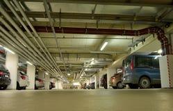 стоянка автомобилей влияния контраста цветов подземная Стоковое Фото