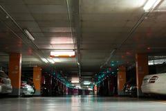 стоянка автомобилей влияния контраста цветов подземная Стоковые Изображения