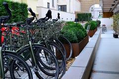 Стоянка велосипеда для туристов около гостиницы стоковые фотографии rf