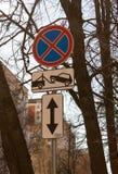 Стоянка дорожного знака движения запрещенная с направлением знака Опорожнение на эвакуаторе стоковое изображение rf