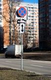 Стоянка дорожного знака движения запрещенная с направлением знака Опорожнение на эвакуаторе стоковое фото