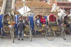 Стоянка рикши с водителями на заднем плане старой архитектуры Переход велосипеда стоковое фото