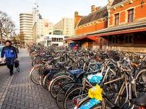 стояночная площадка велосипеда на центральной станции Амстердама Стоковые Изображения