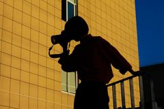 Стоять в девушке midair держа камеру стоковое изображение rf