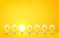 Стоять в ряд электрические лампочки с накаляя одним на желтой предпосылке Не похож на другие или нечетную человека концепцию вне  иллюстрация штока
