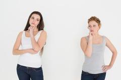 Стоять 2 молодой заботливый женский друзей Стоковая Фотография RF