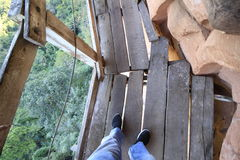 Стоять на деревянном мосте вокруг горы Стоковые Изображения RF