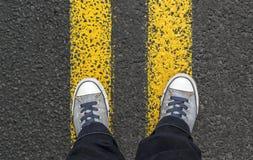 Стоять на желтых линиях улицы Стоковые Изображения RF