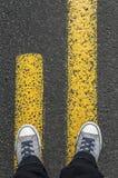 Стоять на желтых линиях улицы Стоковое Изображение