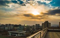 Стоять на крыше наблюдая заход солнца Стоковое фото RF