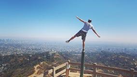 Стоять на одной ноге обозревая Лос-Анджелес Стоковая Фотография