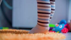 Стоять на пальцах ноги сток-видео