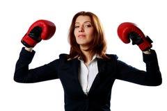 Стоять перчаток бокса коммерсантки нося стоковые изображения