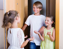Стоять 3 счастливый жизнерадостный детей Стоковая Фотография RF