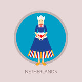 Стоящая молодая женщина в традиционном костюме Duth, платье, рисберме, bonnet и klompen Стоковое фото RF