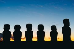 Стоящее moai 15 на Ahu Tongariki против драматического неба восхода солнца в острове пасхи Стоковая Фотография
