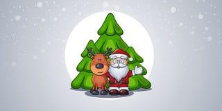 Стоящие Санта Клауса радостные и обнимая олени в лесе против предпосылки 3 рождественских елок во время снежности Стоковое Фото