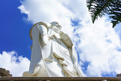 Стоящий белый Будда на предпосылке голубого неба Стоковые Изображения