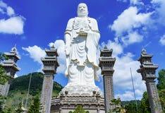 Стоящий белый Будда на предпосылке голубого неба Стоковое Изображение RF