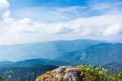 Стоящий опорожните na górze горного вида Стоковая Фотография