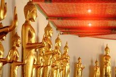 Стоящий тайский золотой Будда Стоковая Фотография RF