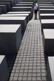 Стоящий человек на мемориале к убитым евреям Европы Стоковая Фотография