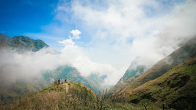 Стоящ в горе Rinjani, Индонезия стоковое фото rf