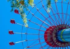Стоя высокорослое колесо ferris над летом стоковое изображение rf