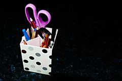 Стол аккуратный - держатель карандаша на черноте C Стоковые Фотографии RF