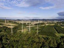 Столба металла вида с воздуха продукция плодоовощ plaantage дерева ландшафта зеленого цвета взгляд сверху башни высоковольтного в Стоковые Изображения RF