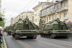 Столбец бронированных транспортных средств и танков построил вне мира t Стоковое фото RF
