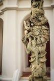 Столбец китайского штендера дракона каменный высекая снаружи в тайском templ Стоковые Изображения RF