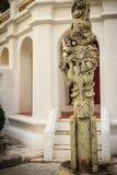Столбец китайского штендера дракона каменный высекая снаружи в тайском templ Стоковая Фотография RF