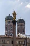 Столбец Мэриан Мюнхена на Marienplatz с Frauenkirche внутри Стоковая Фотография