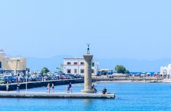 Столбец с статуей оленя Порт Mandraki Родоса Остров Родоса Греция Стоковые Изображения RF
