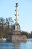 Столбец Chesme в большом конце пруда вверх Апрель в Tsarskoye Selo Стоковое Изображение