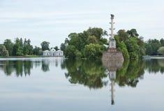 Столбец Chesme и павильон грота в Катрине паркуют Стоковая Фотография