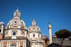 Столбец ` s Hadrian и двойные церков около римского форума в Риме Италии Стоковое Изображение