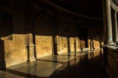 Столбцы дворца Альгамбра стоковое фото