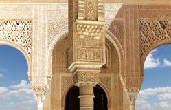 Столбцы в исламском стиле (Moorish) в Альгамбра, Гранаде, Испании Стоковое Фото