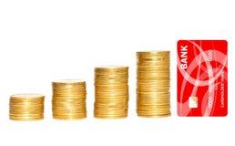 Столбцы золотых монеток и золотой кредитной карточки изолированных на белизне Стоковые Фотографии RF