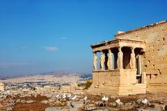 Столбцы и висок кариатид Афиныы, Греция Стоковое Изображение