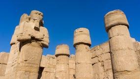 Столбцы и гигантские статуи внутри Стоковая Фотография RF