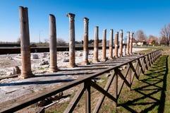 Столбцы и загородка на археологической зоне Aquileia стоковое фото