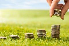 Столбцы монеток на траве Стоковое Изображение RF
