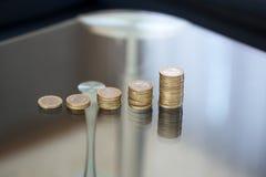 Столбцы одной деньг евро на стеклянном столе Стоковое Изображение RF